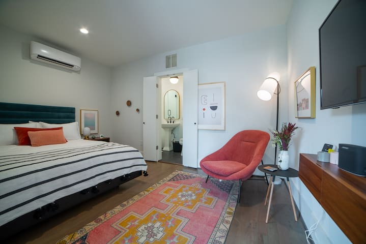 Montrose Place: The Getaway (Cozy/Luxe Studio Apt)