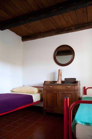 la seconda stanza (si possono agigungere due letti a castello)