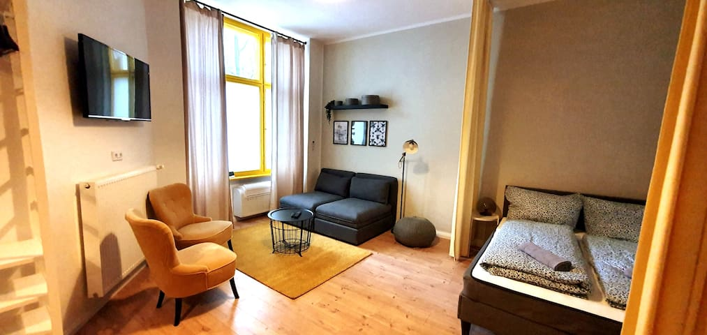 Ku'damm style apartment with A/C rain-shower
