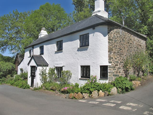 Broadley Cottage – inbetween the moor and the sea - Bickham Bridge - House