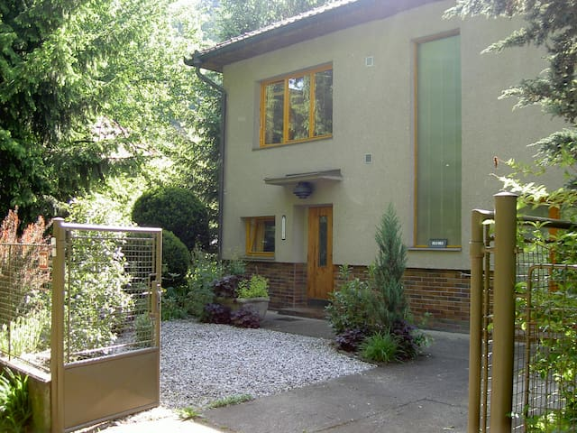 Tranquil apartment with pool close to Prague - Zadní Třebaň - Apartamento