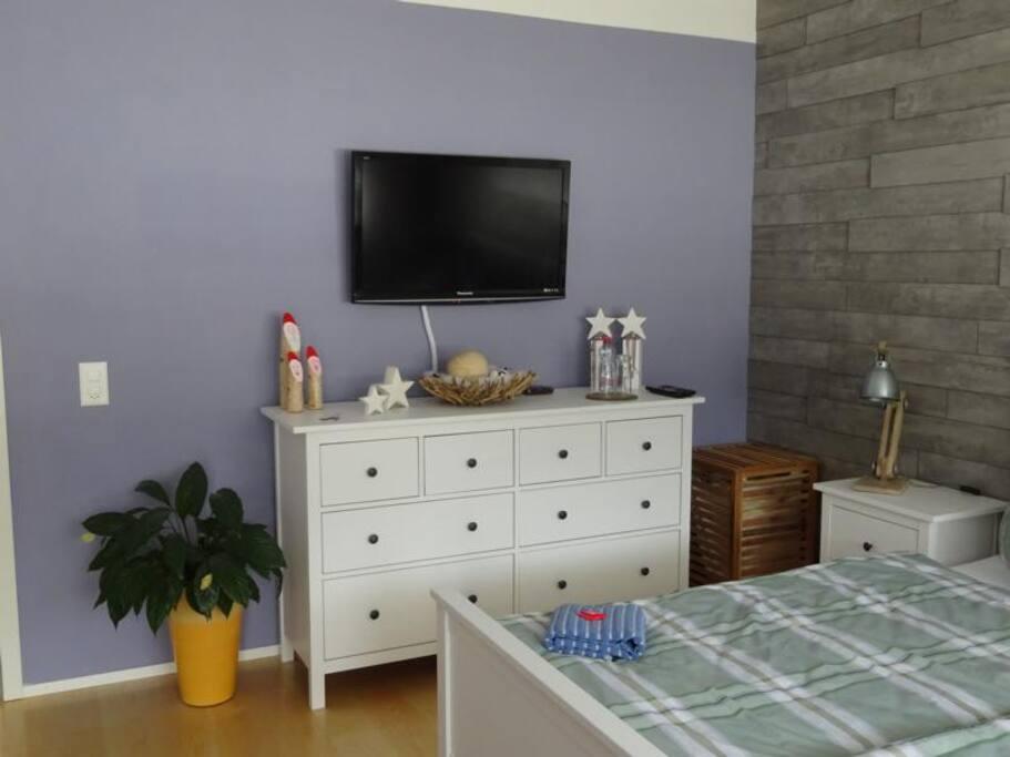 TV im Gästezimmer mit TV Box und vielen Programmen