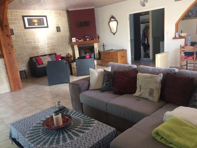 Grande maison charentaise /chambres - Saujon - House