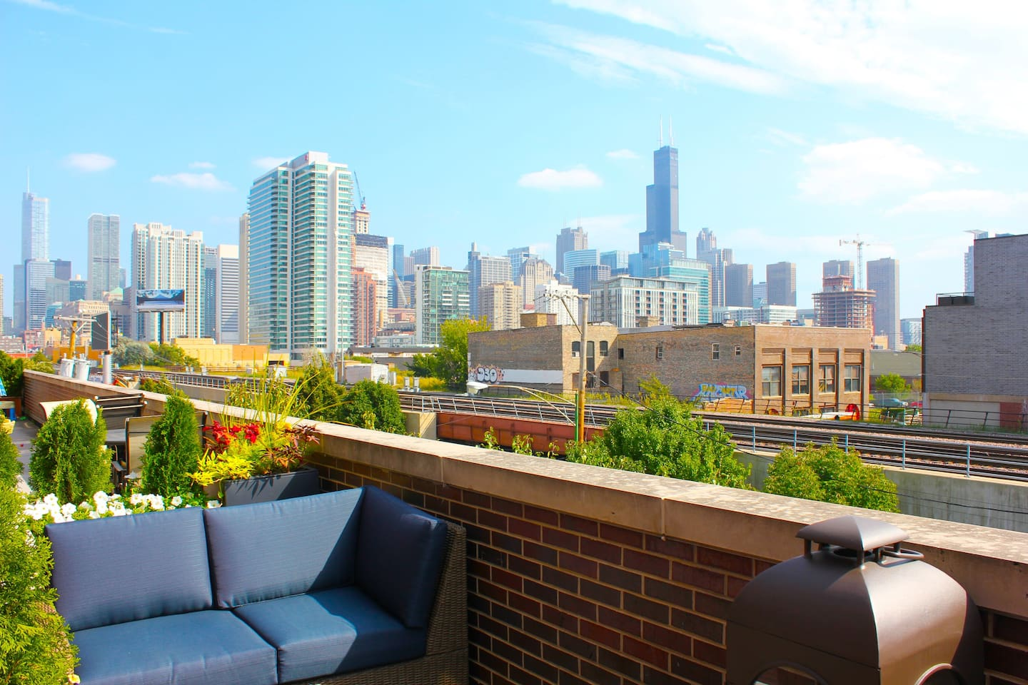 ★ FULTON MARKET TOWNHOUSE★ a magical and modern city getaway, nestled on the quiet edge of downtown Chicago, with stunning views of the city skyline