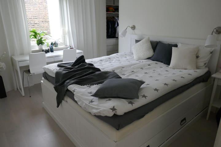 Sovrum med dubbelsäng och klädkammare