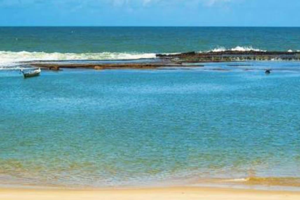 Nossa praia da Barra de São Miguel de águas mornas e mar fechado e suas piscinas naturais
