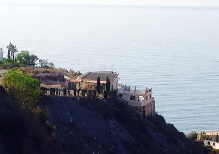 Casa con piscina y lindas vistas al mar