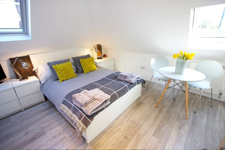Lovely bright airy studio apartment ( Apt 2)