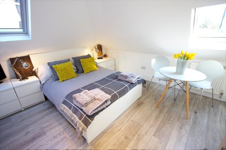 Lovely bright airy studio apartment ( Apt 2)