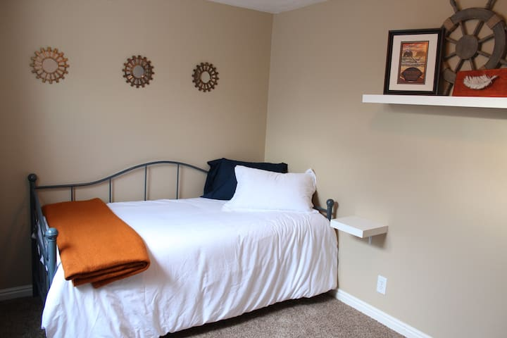 Cozy, quiet room with day bed - Orem - House
