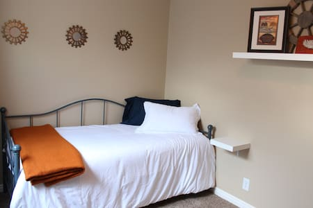 Cozy, quiet room with day bed - Orem