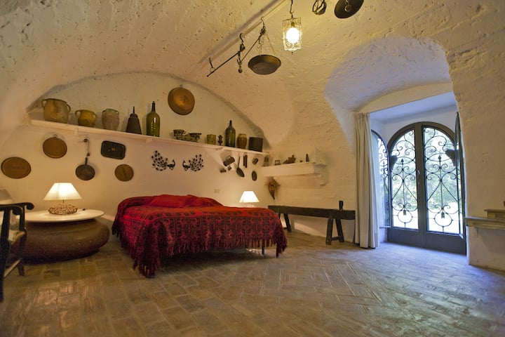SLEEPING IN THE HISTORY nestled by gardens & pool