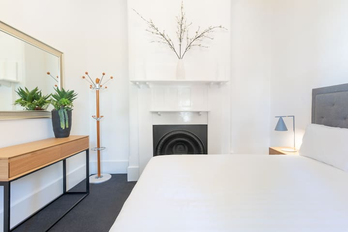 Classic Carlton Cottage–Vibrant & Central Position