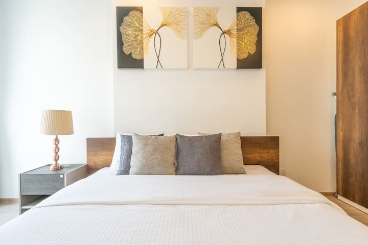Spacious One Bed condo with Bathroom 4-minutes from Sam Yan MTR station