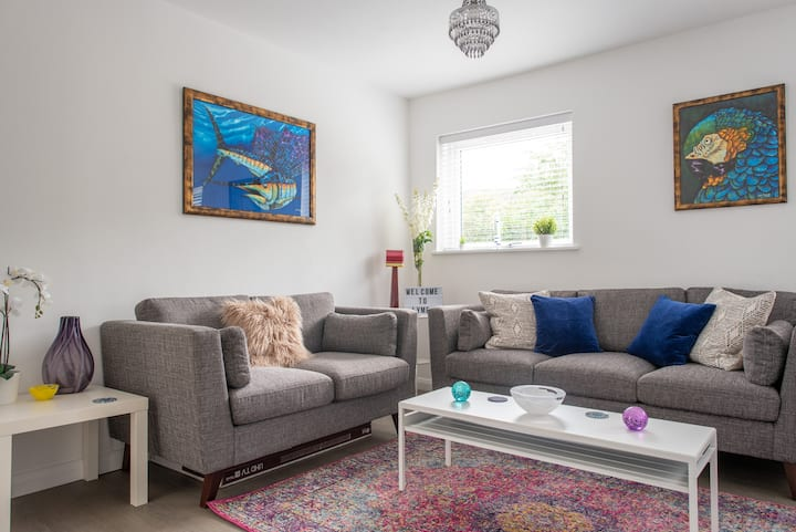 Stylish & private 2 bed flat in lyme + own parking
