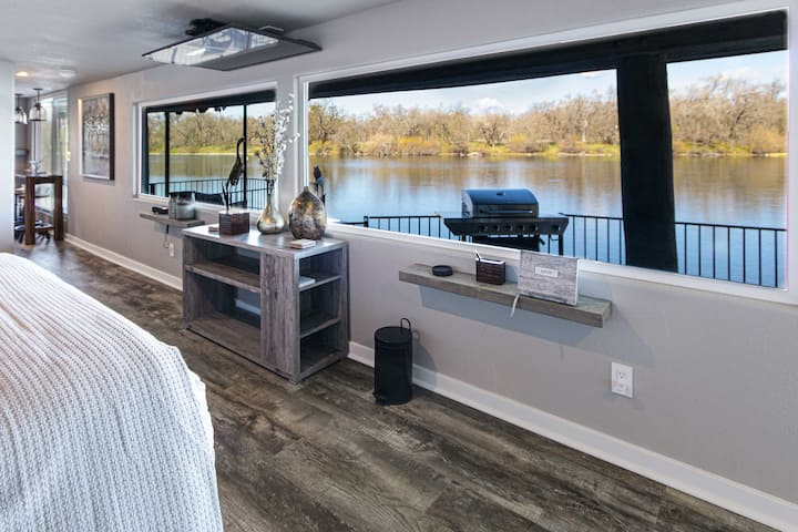 NEW! Sacramento River Retreat: 1.5 Mi to Boat Ramp