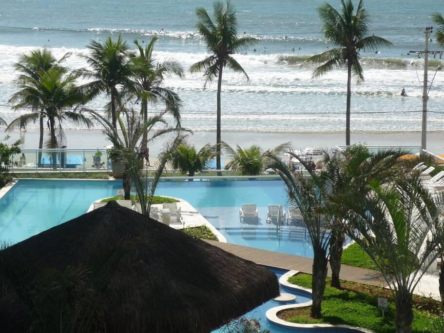 Um Resort à Beira Mar.  Academia , Quadra de tênis , sauna , brinquedoteca , sala de jogos.