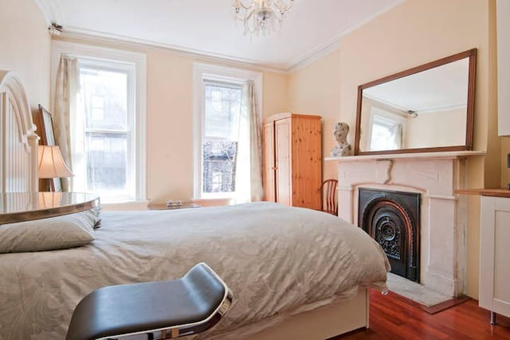 #1 Large sunny Studio 5 blocks from CENTRAL PARK!