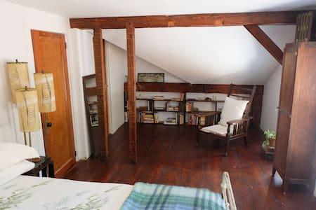 Peaceful Private Room on 17 acres - Prattsville - Casa