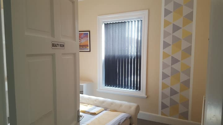 Comfy double room, walking distance to the city.