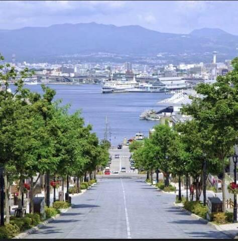 八幡坂、函館山ロープウェイ、元町公園、五島軒のすぐ近くです。