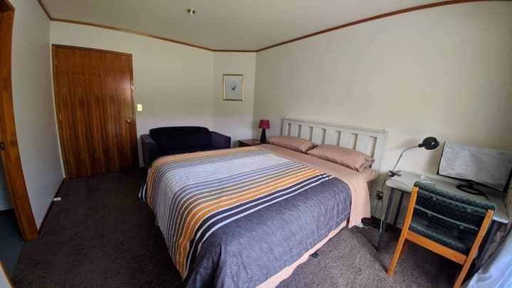 Quiet Double Bed Private Ensuite in Stoke