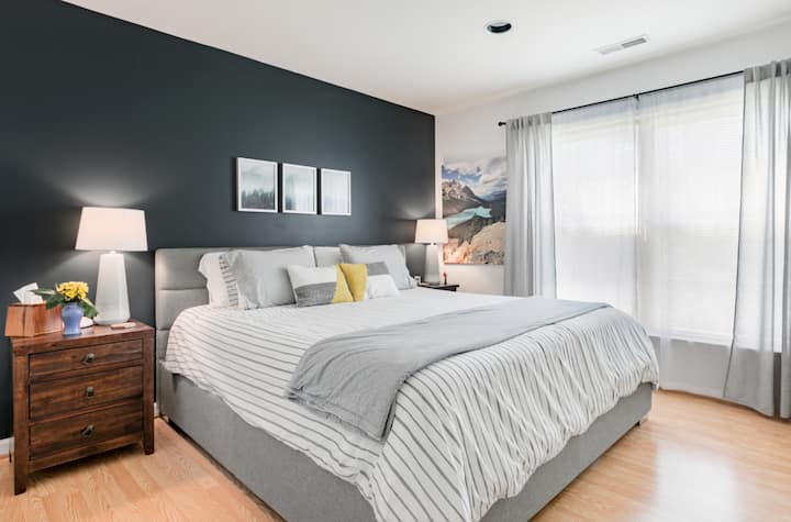 Comfortable Suite in Quiet Mid-Century Modern Home