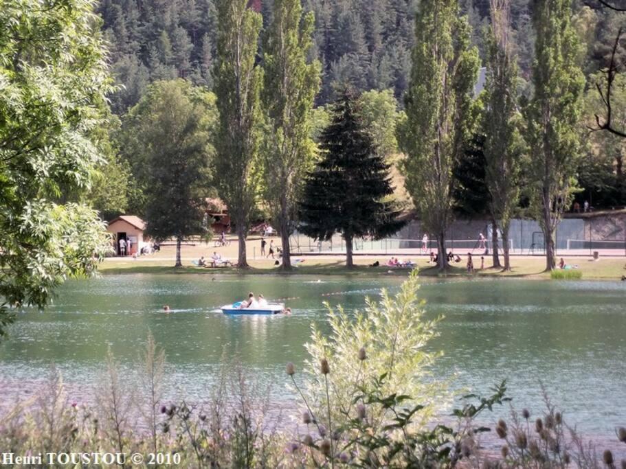 Le grand lac de Belcaire , avec airs de jeux , coins pic nique et restauration possible sur place ...Un endroit magnifiquement préservé