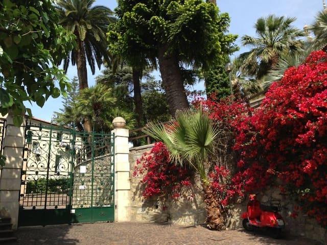 L'ingresso del palazzo, dalla strada