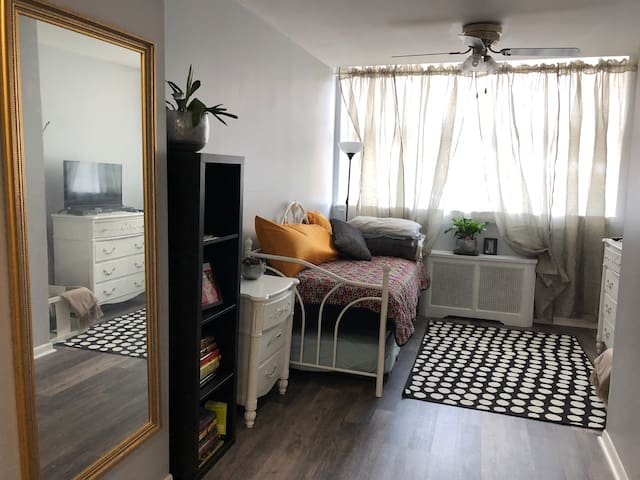 Bright, Modernized Flat close to downtown Philly