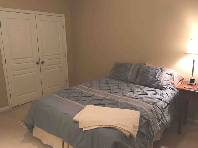 Spacious Room NW Raleigh! Not far - RDU, NCSU