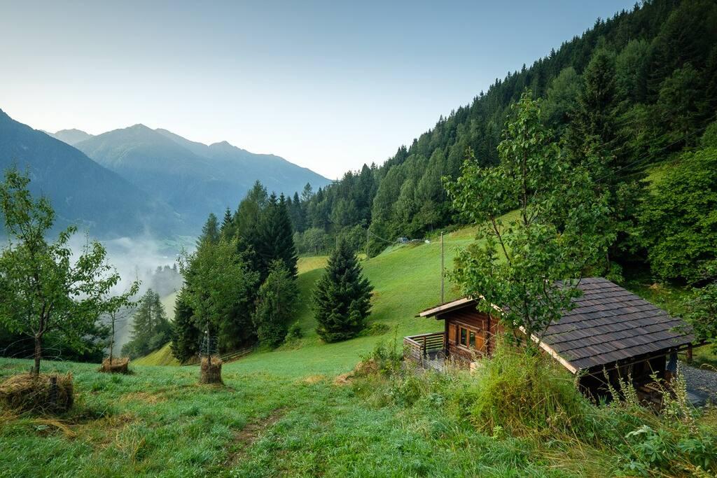 Talblick. Die Almhütte liegt in Alleinlage etwa 200m vom alten Bauernhaus entfernt.