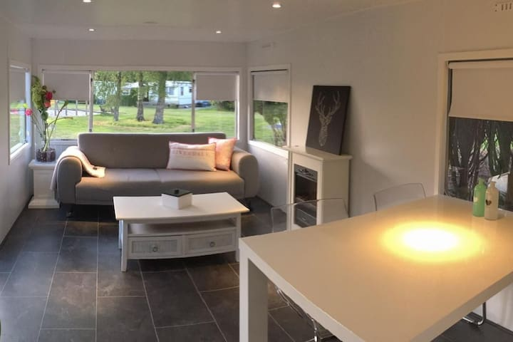 Comfy, modern chalet 'SMALLOW' nearby Giethoorn