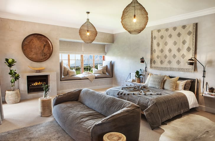 Wabi-Sabi Studio is spacious, air-conditioned and offers a King size bed and an en-suite bathroom. The small kitchenette is equipped with a microwave, fridge and coffee machine. Enjoy flipping through the channels on the flat-screen TV with Netflix