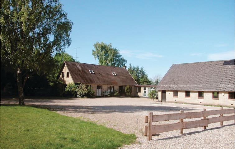 Former farm house with 8 bedrooms on 300 m²