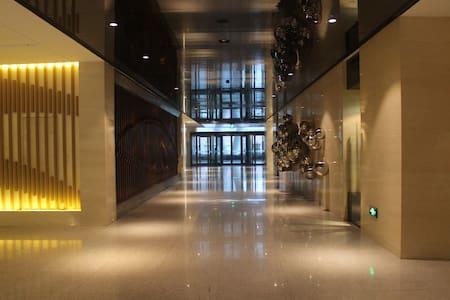青岛紫韵官邸海景度假公寓,城景山景、海景相连,毗邻火车站商圈,交通便利。 - Qingdao