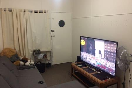 Ashgrove goodsized room. Easy-going friendly host - Ashgrove