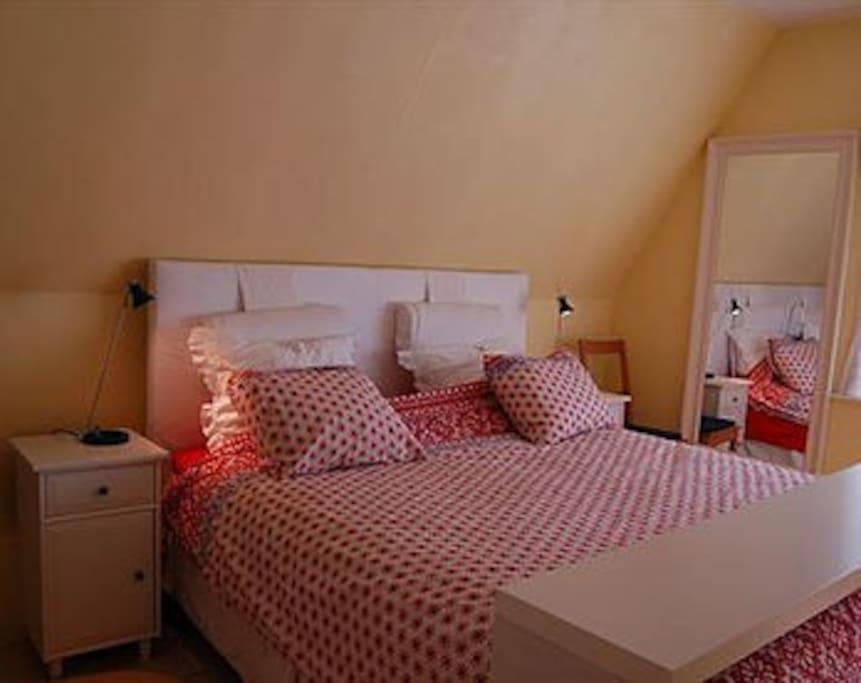 Slaapkamer 1 met aangrenzend badkamer