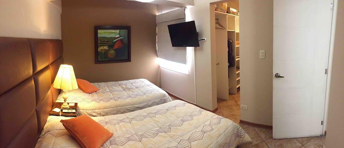 Acogedora habitación con 2 camas de 1.5 plazas, walk in closet, televisión con conexión a cable y acceso a wifi
