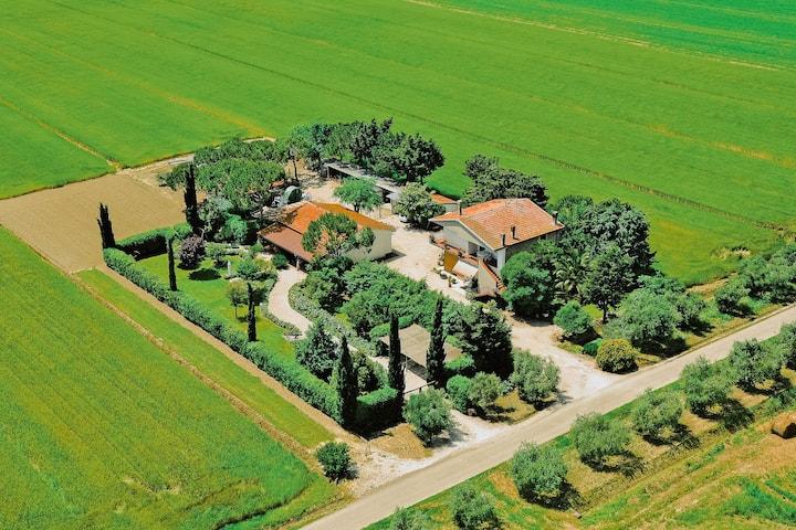 Farmhouse with spacious garden in the Maremma region, near the sea
