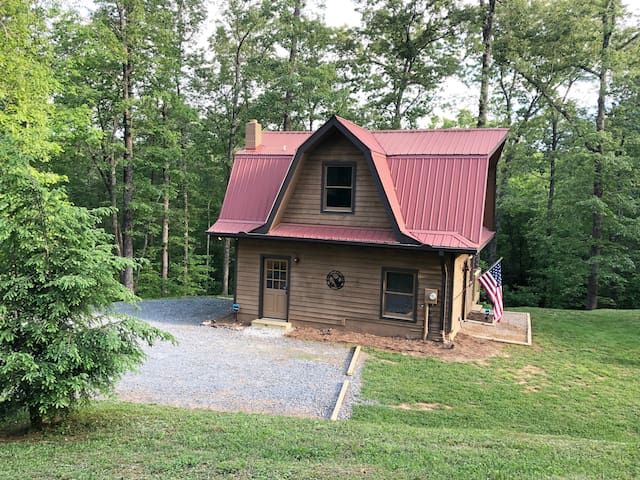 NEW Rental! Quiet & cozy on 5 acres w/ a hot tub!