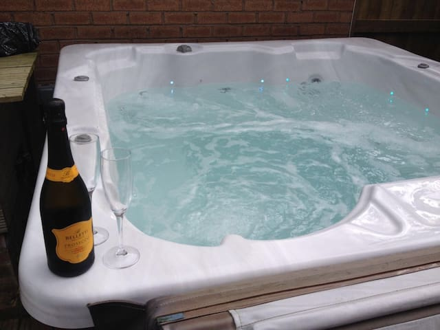Cheshire home with Hot tub & Sky TV - Sandiway - Hus