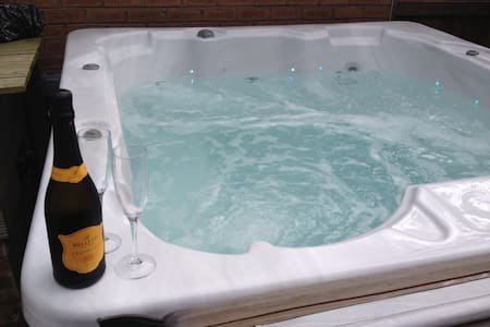 Cheshire home with Hot tub & Sky TV - Sandiway