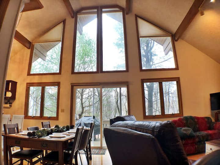 Inviting, Pet-Friendly Chalet Near Slopes and Lake
