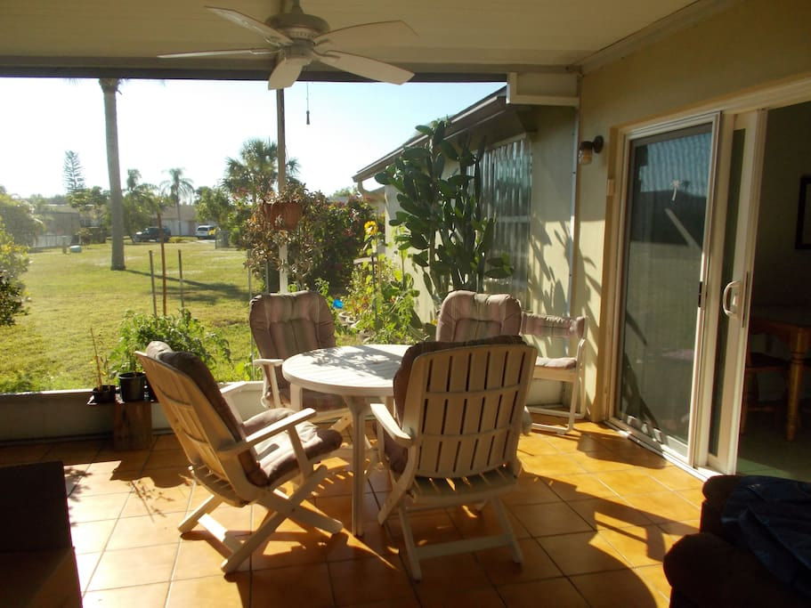 Outdoor dining in the large lanai