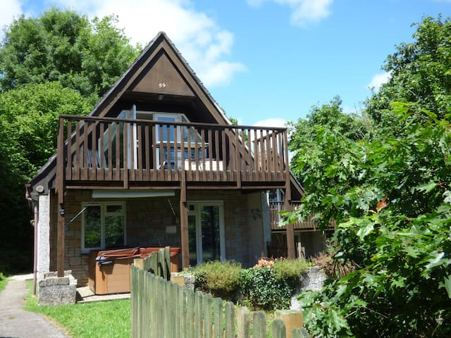 59 VALLEY LODGE, pet friendly, with pool in Gunnislake, Ref 5198