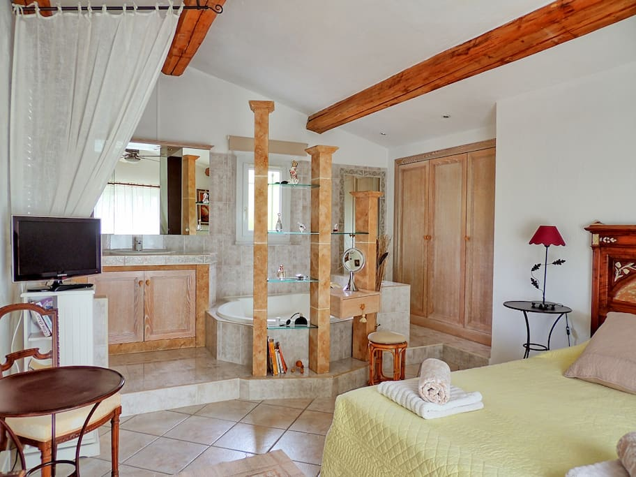 Grande chambre (25 m²) confortable avec sa salle de bains ouverte (douche et baignoire) Toilettes séparées