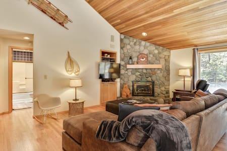Private Sunriver Home w/Hot Tub & SHARC passes!
