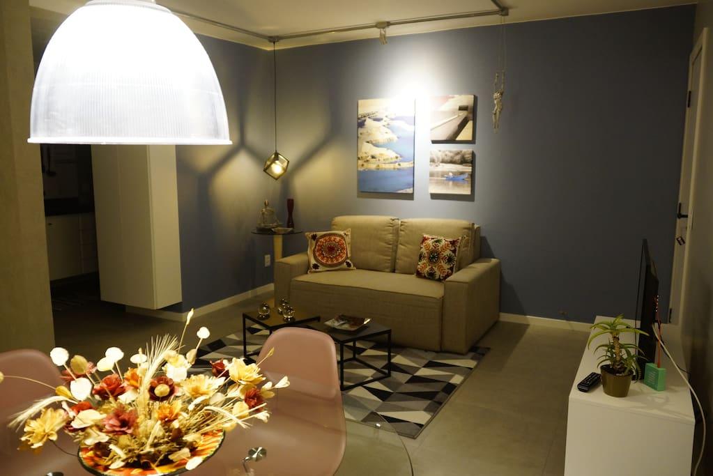 Sala de estar e de jantar/Living room and dining area.