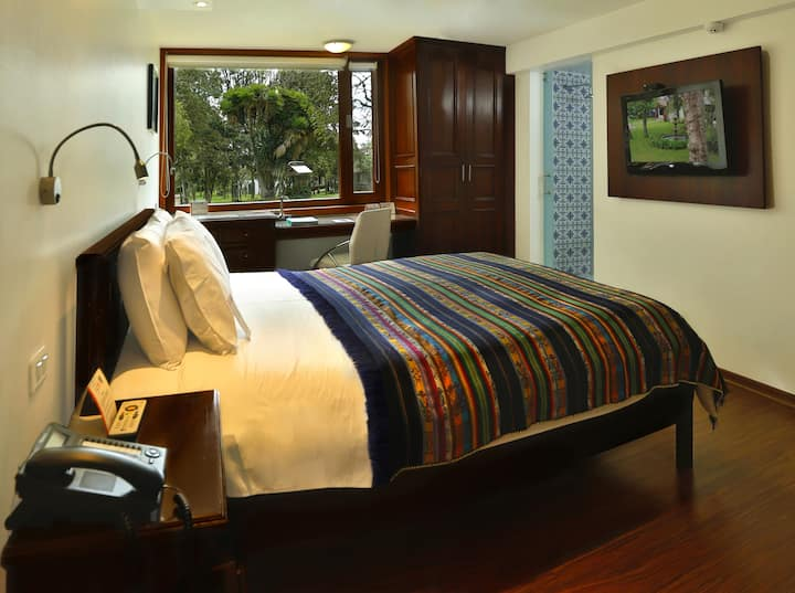 Colonial room with 1 queen bed.